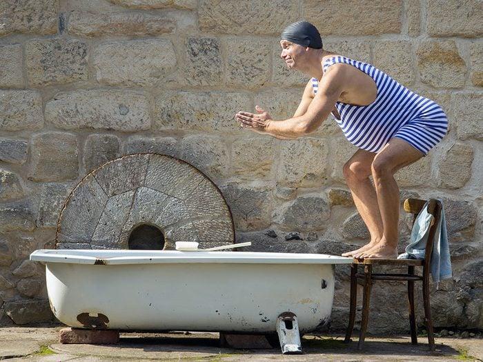 Photos hilarantes: un plongeon dans une baignoire.
