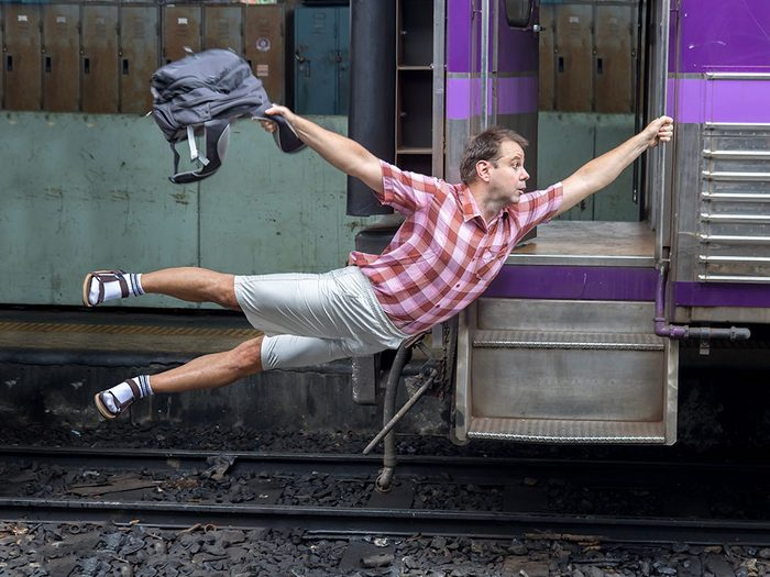 Photos hilarantes: attraper son train au vol.