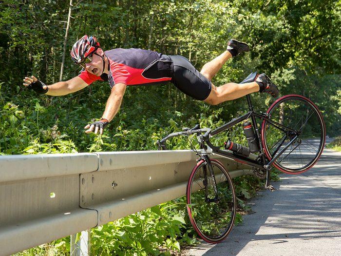 Photos hilarantes: un cycliste sans parachute.