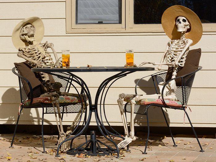 Photos hilarantes: apéro entre squelettes.
