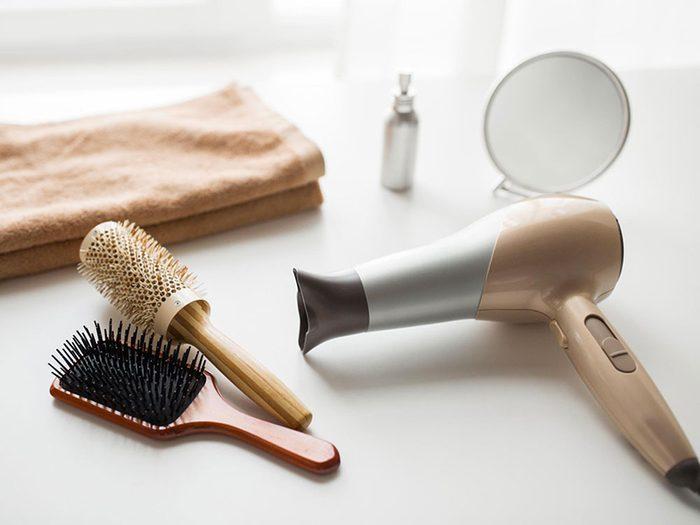 Conseil de plombier: ne pas utiliser le sèche cheveux si vous vous server de la machine à laver en même temps.
