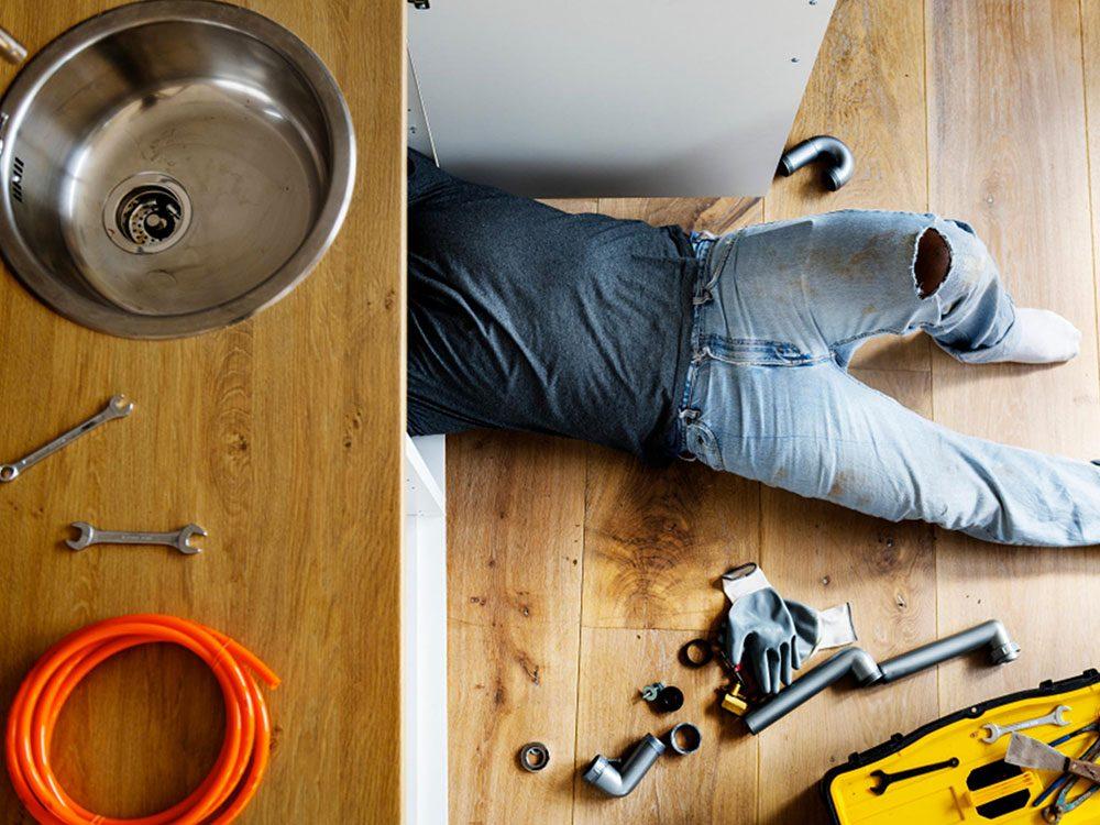 Les appels de service pour un plombier coûtent cher.