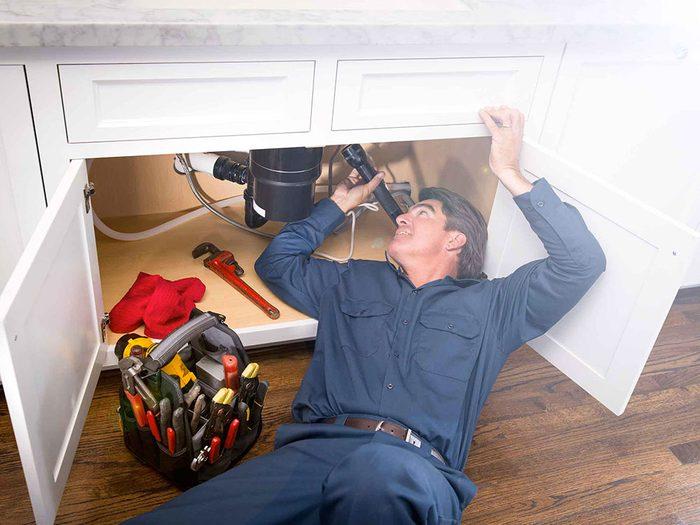 Un plombier peut vérifier certaines choses gratuitement.