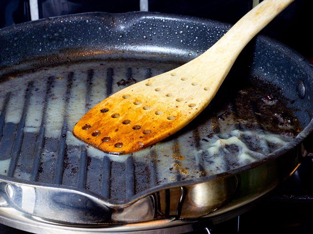 Conseil de plombier: ne e jetez pas la graisse de cuisson dans l'évier.