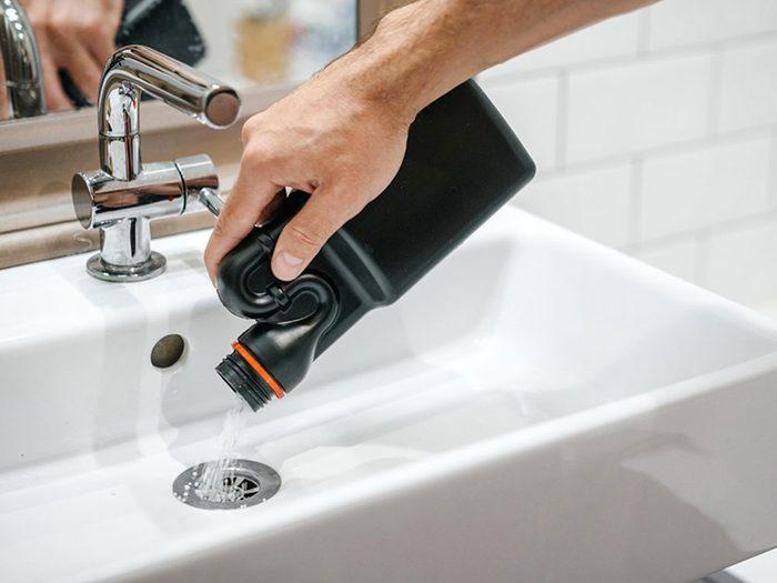 Conseil de plombier: débarrassez-vous des nettoyeurs de canalisations agressifs.