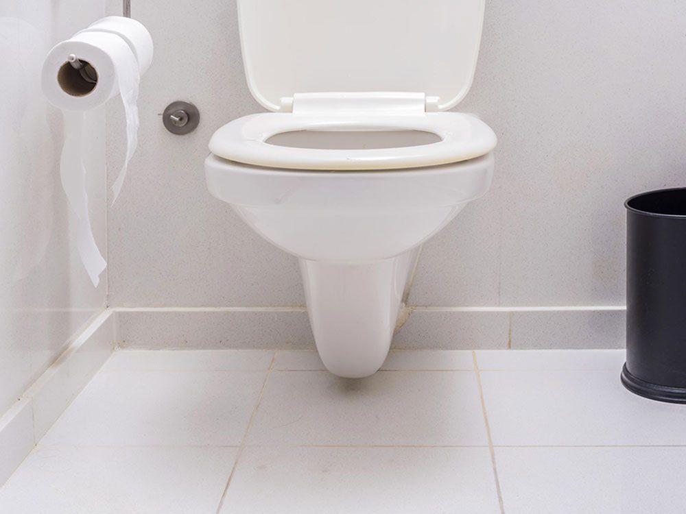 Les vieux sièges de toilette sont plus difficiles à enlever que vous ne le croyez d'après les plombiers.