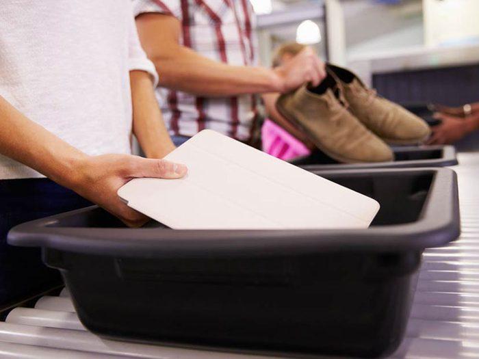 Les plateaux du contrôle de sécurité aux aéroports peuvent vous rendre malade.