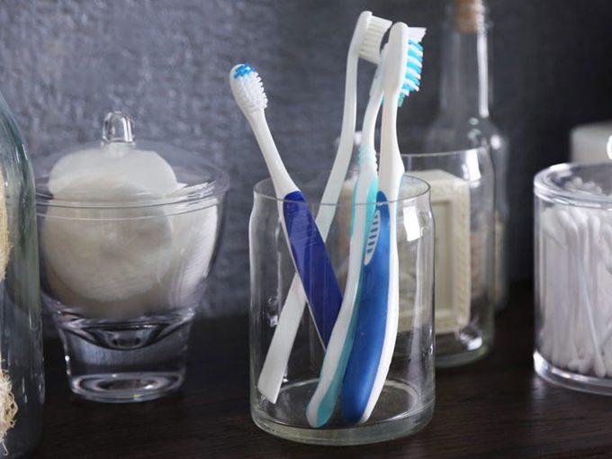 Méfiez-vous de votre porte-brosses à dents qui peut transmettre le rhume et la grippe.