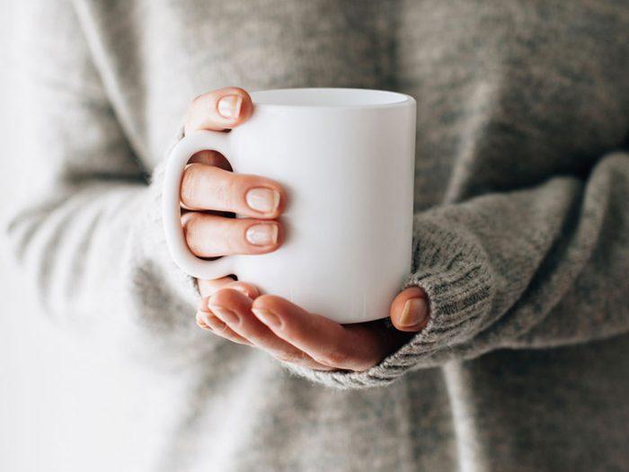 Méfiez-vous des tasses à café et verres qui peuvent transmettre le rhume et la grippe.