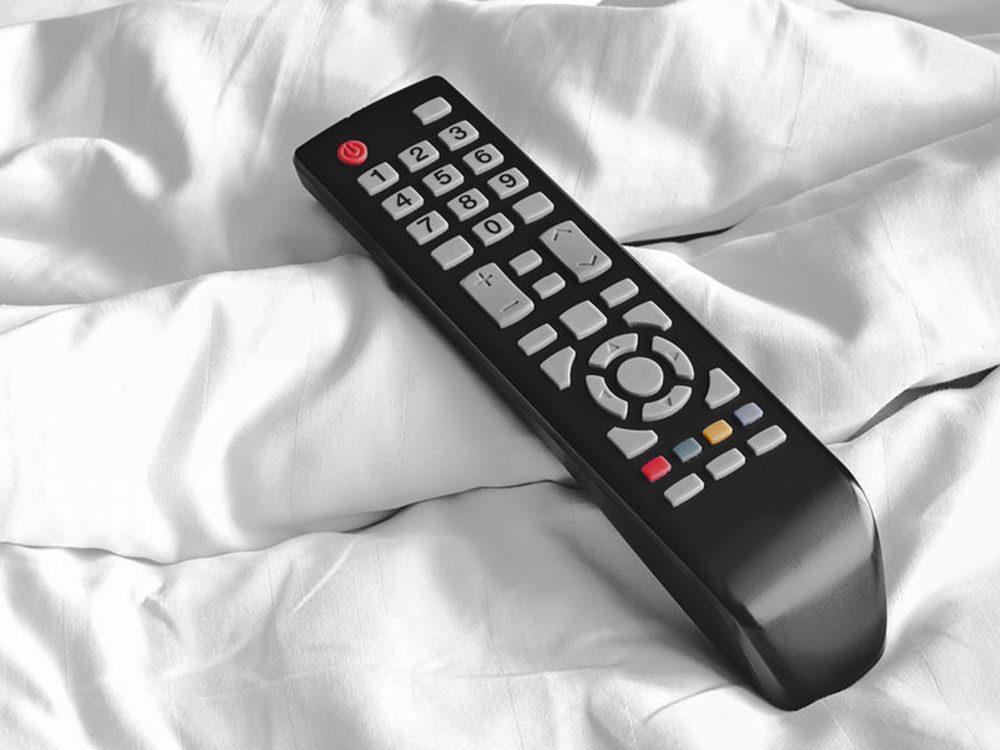 Attention à la télécommande de la télé qui peut transmettre le rhume et la grippe.
