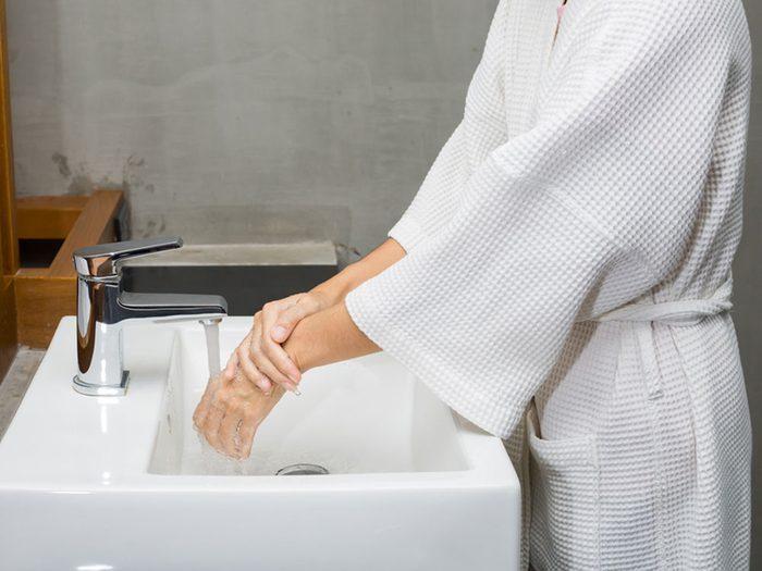 Comment le lavage des mains prévient-il la maladie?