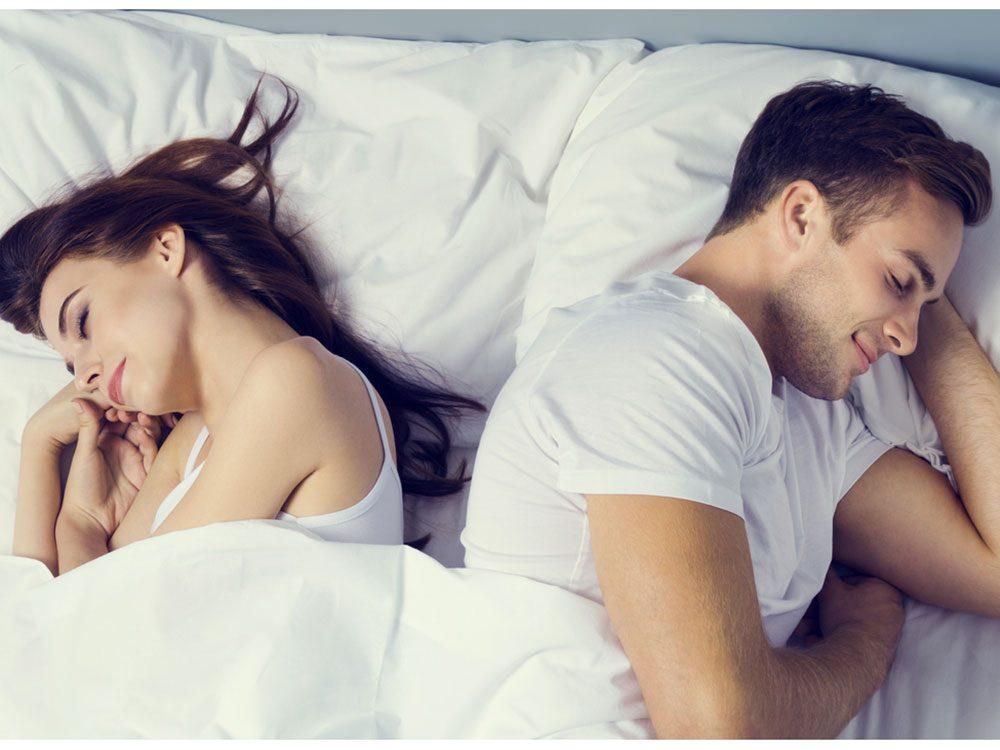 La position de sommeil dos à dos rapprochés montre que le couple est à l'aise et détendu.