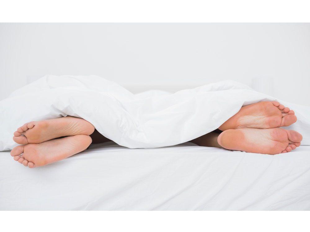 La position dos à dos éloignés est la position de sommeil la plus populaire chez les couples!