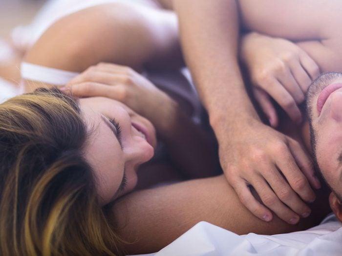 Les couples qui trouvent le sommeil toute la nuit entrelacés ont parfois des problèmes de dépendance.
