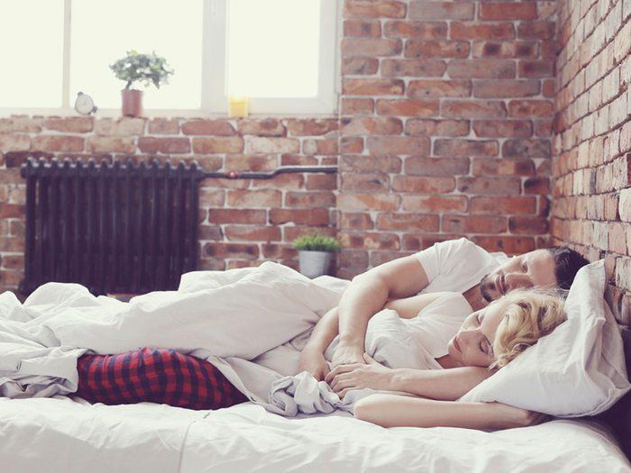 La position de sommeil de la cuillère révèle de la sensualité et de la confiance au sein du couple.