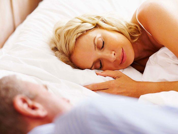 Votre position de sommeil: vous dormez face à face sans vous toucher.