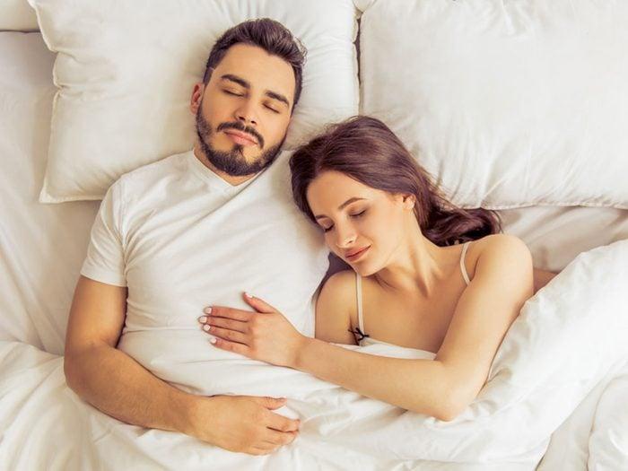 La position de sommeil avec la tête sur la poitrine est souvent adoptée par les nouveaux couples.