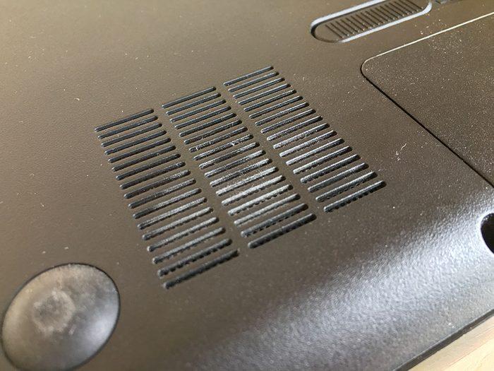 Enlever la poussière pour dégager les aérations vous permettra de continuer d'utiliser l'ordinateur correctement.