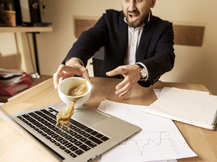 Aprennez ce qu'il faut faire pour continuer d'utiliser votre ordinateur après lui avoir renversé du café dessus.