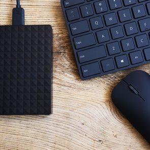 Prenez un disque dur externe pour trier vos fichiers et continuer d'utiliser votre ordinateur correctement.
