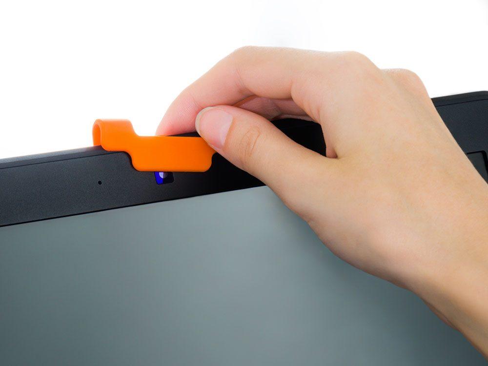 Utilisez un adhésif pour cacher la webcam de votre ordinateur.