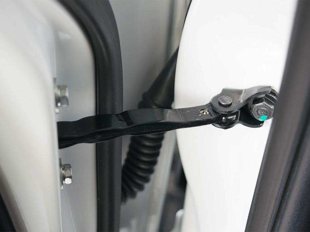 Pensez à la lubrification des charnières des portes.