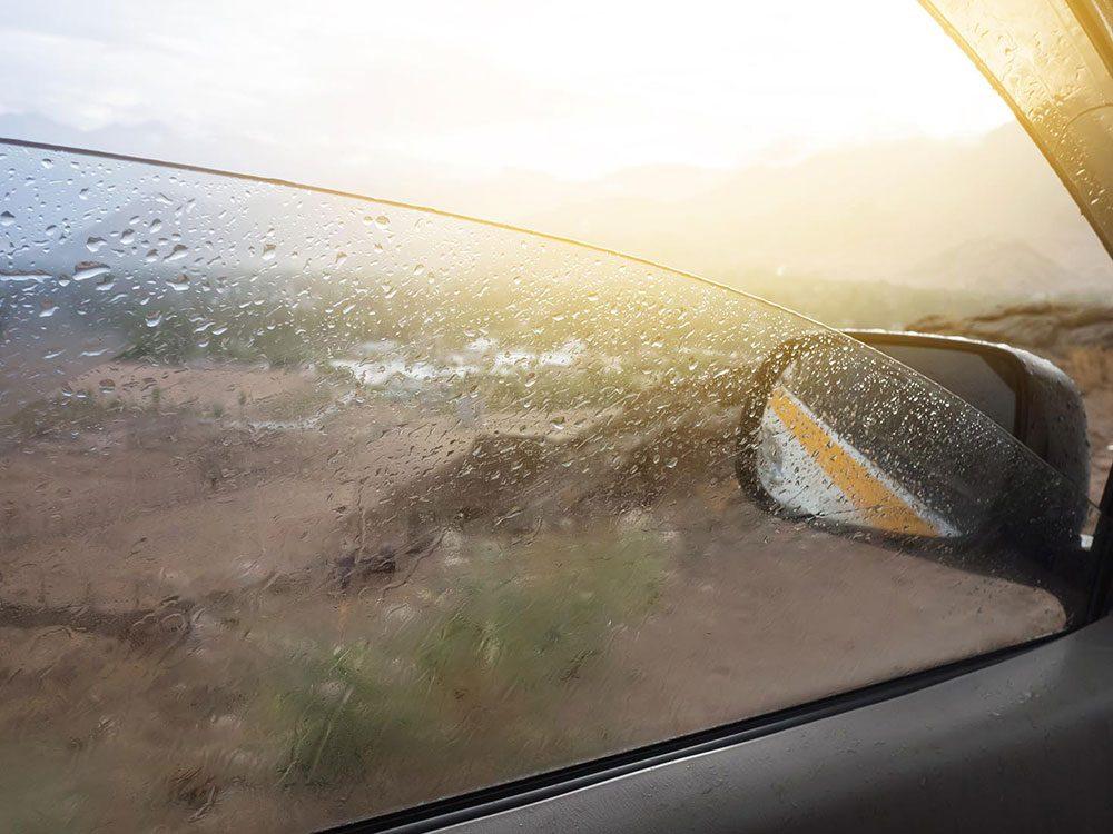 Pensez à la lubrification des glissières des vitres.