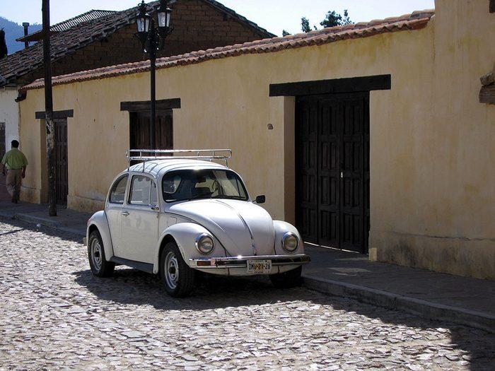 La coccinelle de Volkswagen est une voiture vintage.
