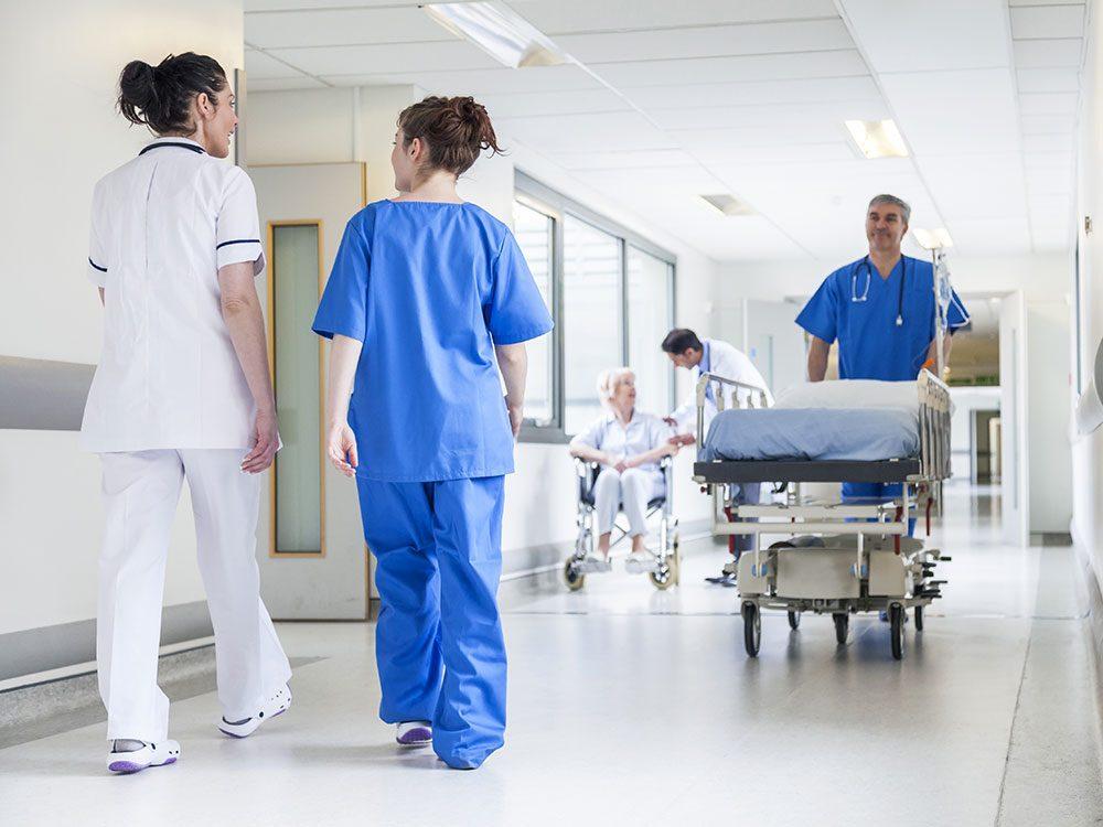 Vulnérabilité: les civières de l'hôpital s'alignent le long du corridor comme des autos tamponneuses.