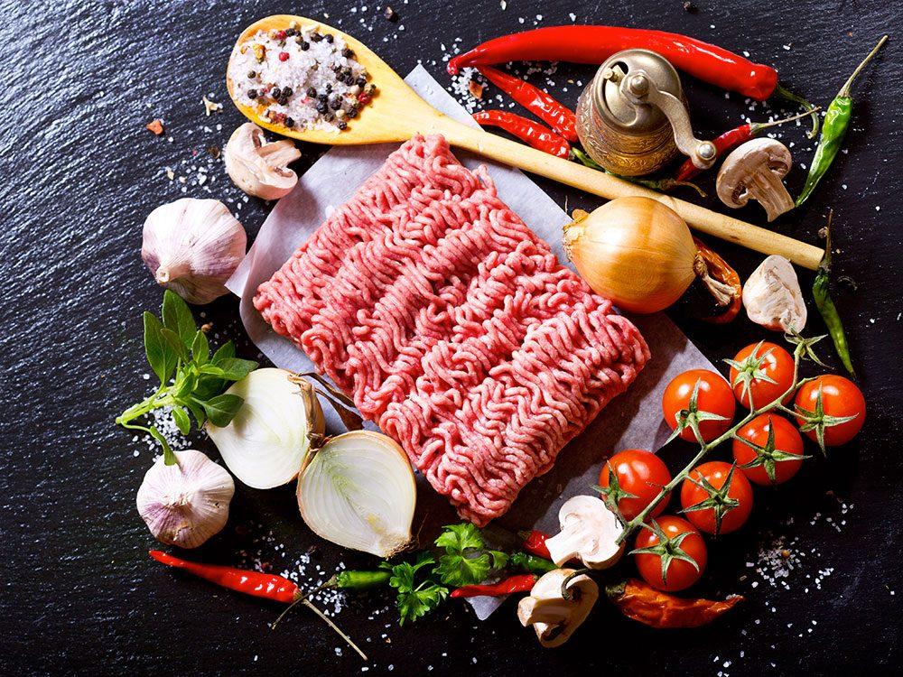 Pour manger plus de légumes, râpez-les et ajoutez-les à de la viande hachée.