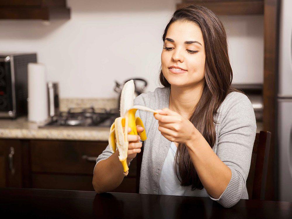 Soulager les brûlures d'estomac avec des bananes.