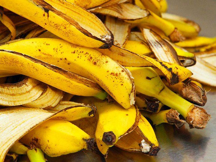 Enrichir le compost avec des bananes.