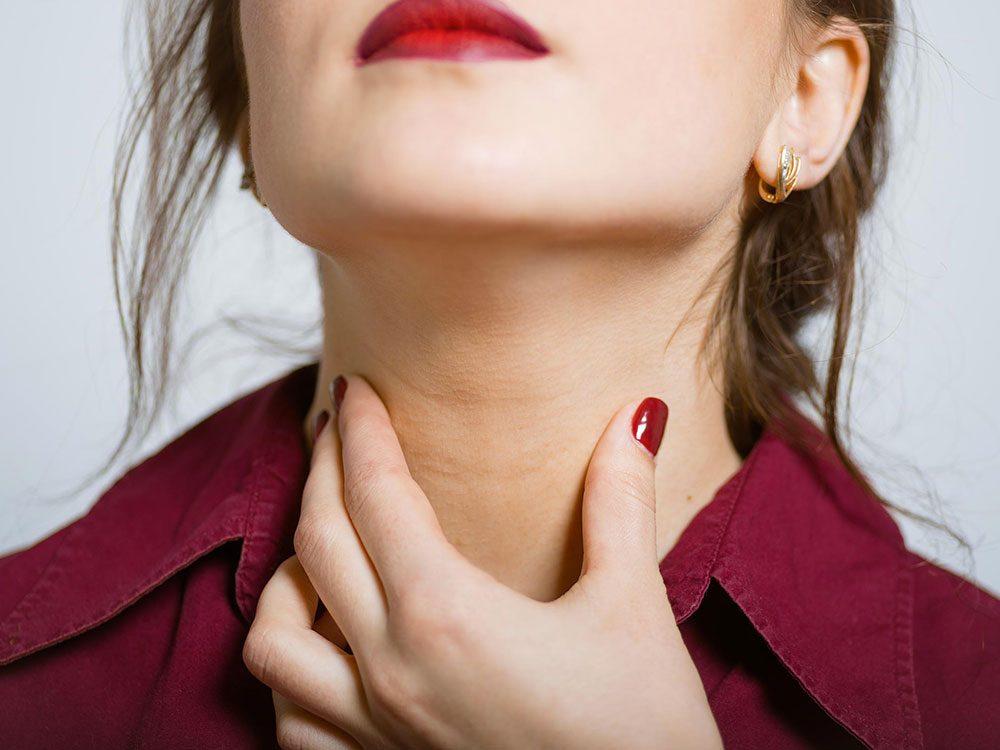 La présence d'unebosse dans le cou est l'un des premiers symptômes du cancer de la gorge.