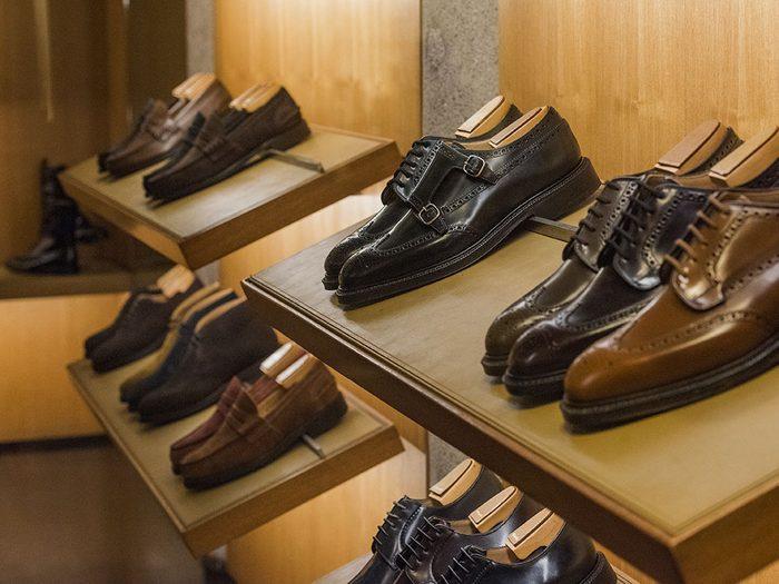 N'essayez pas les chaussures exposées s'ils ne correspondent à votre pointure.