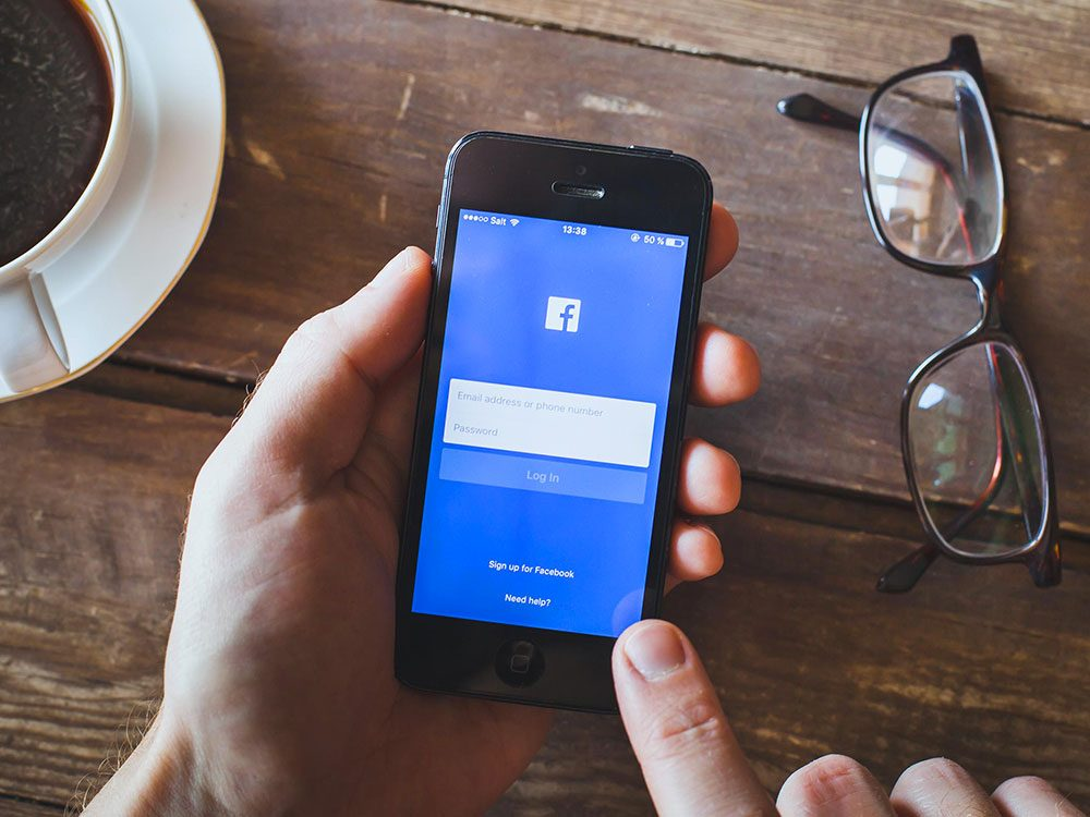 La nouvelle technologie et notamment les médias sociaux, engendrent des chicanes de couple.