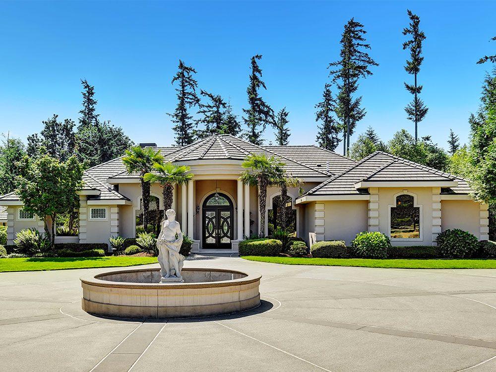 Un courtier immobilier évite les aménagements paysagers excessifs.