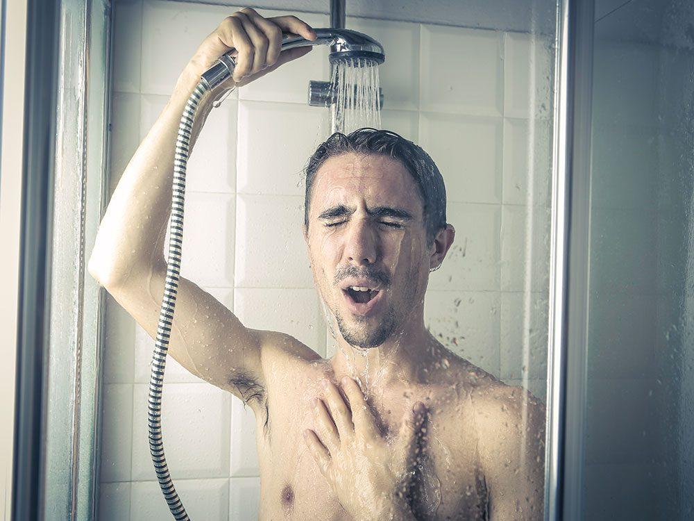 Commencez par une douche froide, car le froid améliore la circulation veineuse.