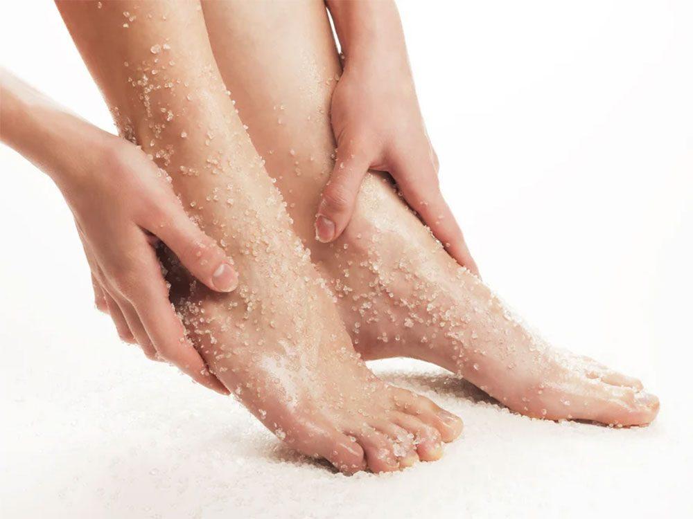 Le bicarbonate de soude et le sel d'Epsom sont de très bons gommages pour les pieds.