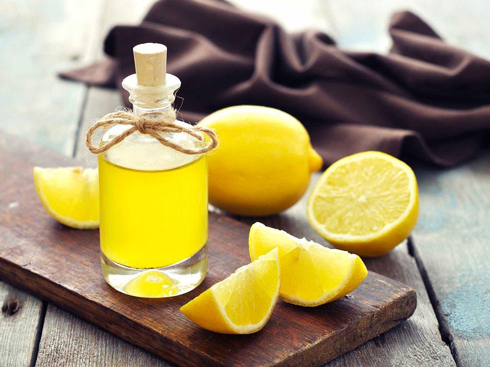 Utilisez du miel et du jus de citron comme gommage pour vos pieds.