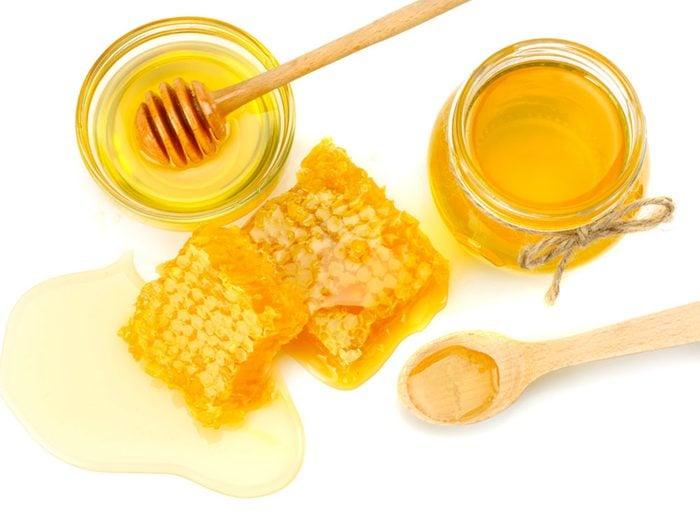 Utilisez du miel et du sucre comme gommage pour vos pieds.