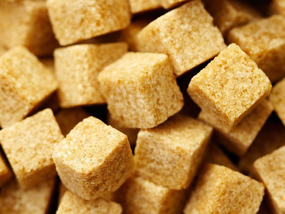 Utilisez du sucre brun comme gommage pour vos pieds.