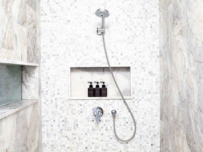 Le meilleur endroit dans la maison où régler un problème, c'est sous la douche.