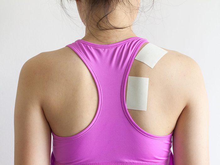 Essayez les pommades et timbres musculaires contre le mal de dos.