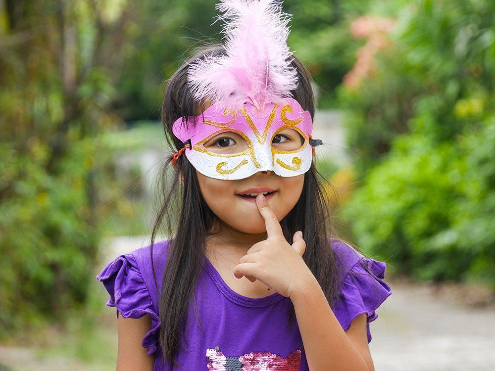 Pour être capable de mentir, l'enfant doit tout d'abord comprendre que d'autres peuvent avoir des croyances et connaissances différentes des siennes et que ces croyances peuvent être erronées.