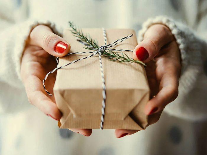 Utiliser un emballage recyclé pour passer un Noël zéro déchet.