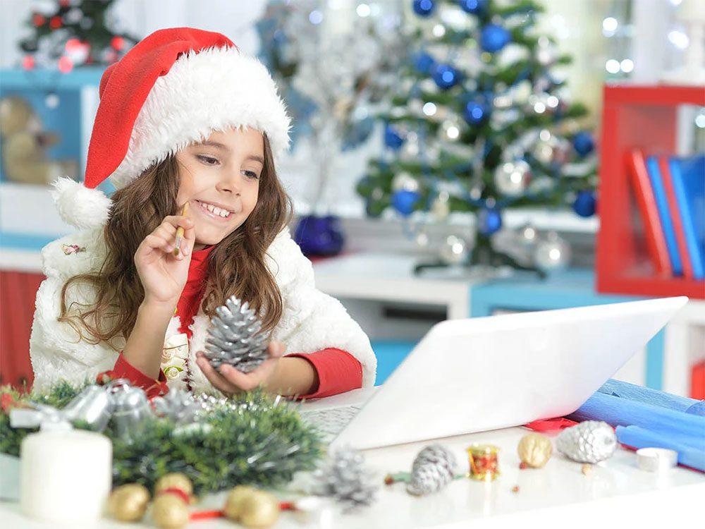 Envoyer des cartes virtuelles pour passer un Noël zéro déchet.