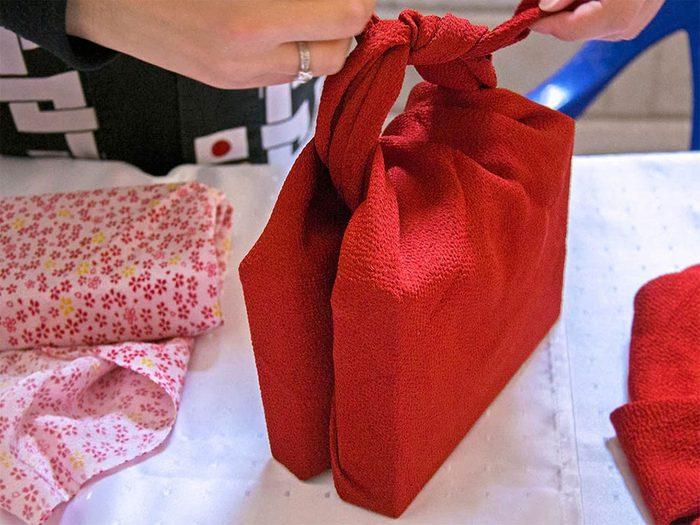 Découvrir le «furoshiki» pour passer un Noël zéro déchet.