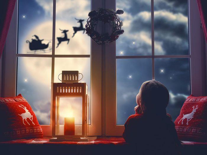 Le père Noël va regarder par la fenêtre.