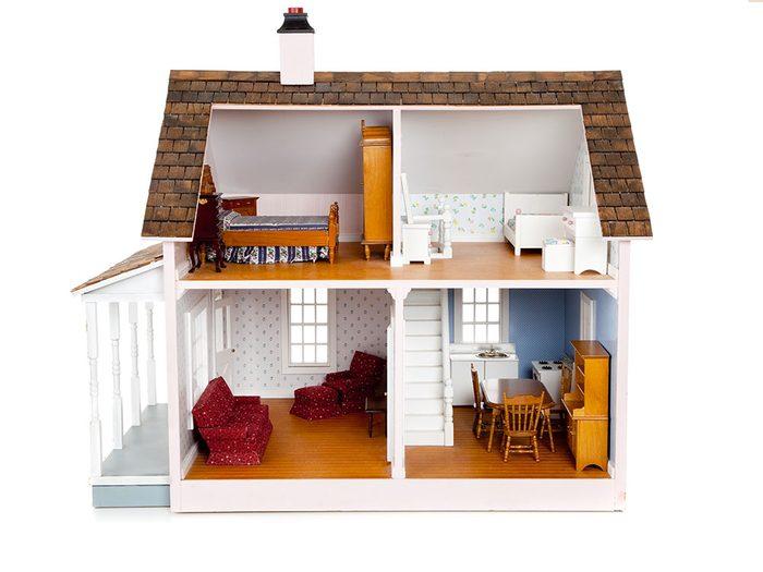 Le père Noël a apporté une belle maison de poupée.