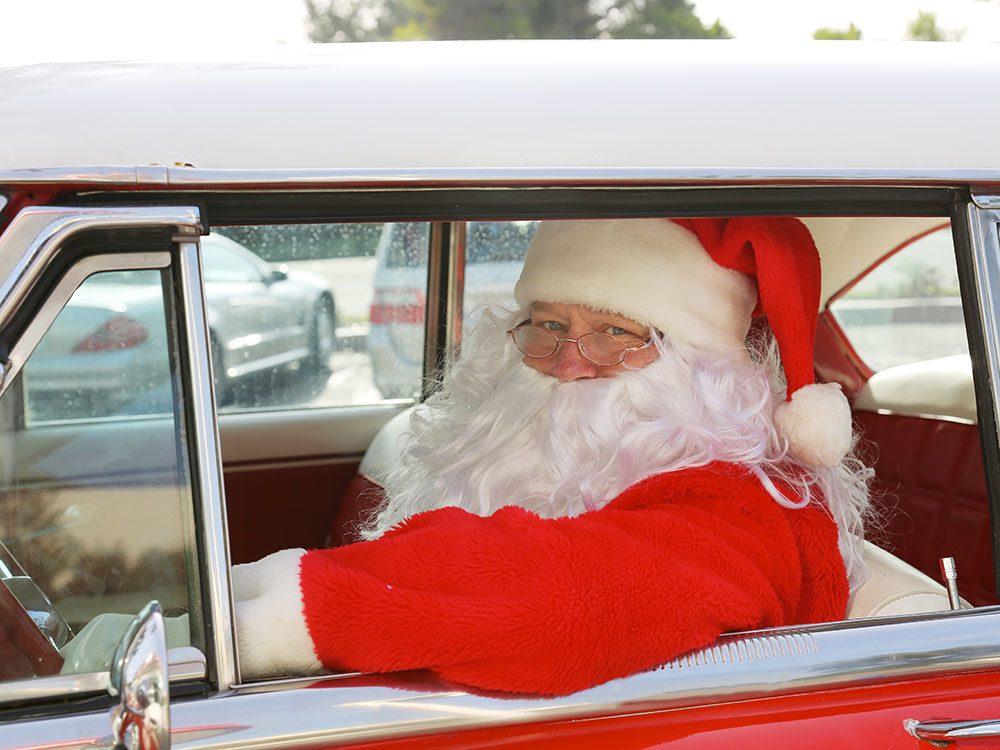 Le père Noël dans sa voiture.